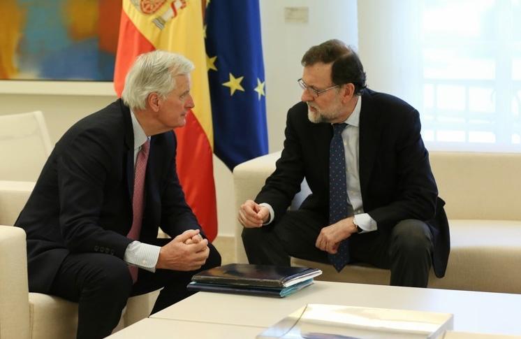 El presidente del Gobierno, Mariano Rajoy, en un encuentro con el negociador jefe de la Comisión Europea para el Brexit, Michel Barnier, en el Palacio de La Moncloa.