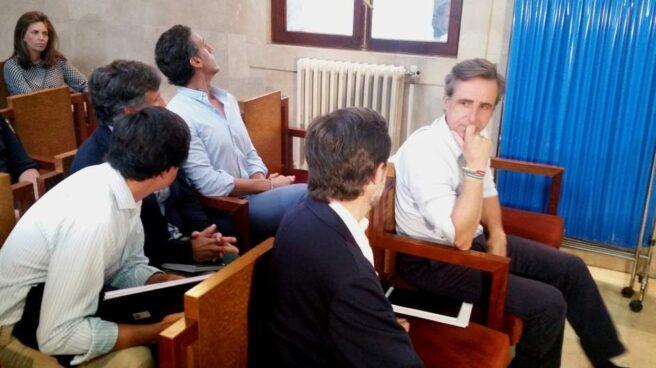 Los hermanos Ruiz-Mateos, en el banquillo.