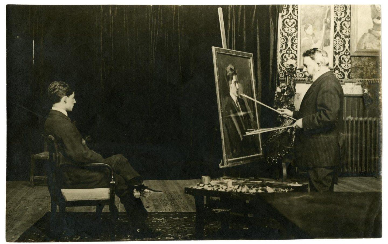 """Joaquín Sorolla retratando a su hijo en su estudio de Madrid, actual Museo Sorolla. Publicada en Madrid en el periodico """"La Noche"""" con fecha 29 de diciembre de 1911"""