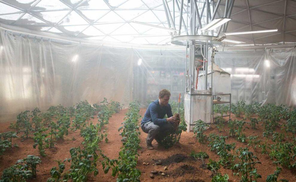 Matt Damon plantando patatas en 'The Martian'