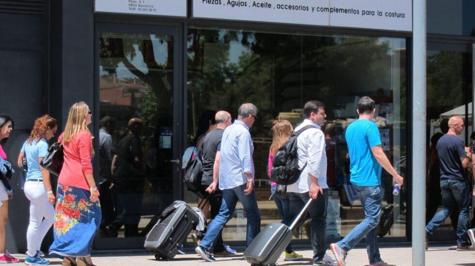 Turistas con maletas en Madrid.