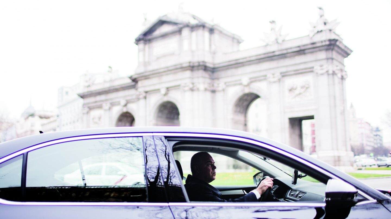 Un coche asociado a la plataforma Uber en Madrid.