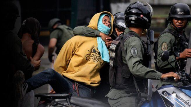 La Guardia Nacional Bolivariana detiene a un activista opositor en una protesta en Caracas.