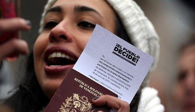 Una mujer, durante la consulta convocada por la oposición de Venezuela.
