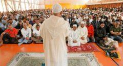 Un imán dirige la sesión de oración en una mezquita ante cientos de fieles.