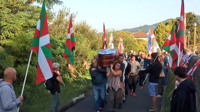 Traslado del féretro del preso de ETA Kepa Del Hoyo al cementerio de Galdakao.