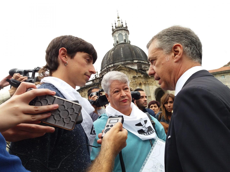 Urkullu conversa a las puertas de la Basílica de Loyola con los representantes de Etxerat, entre ellos el hijo de Rafa Diez Usabiaga.