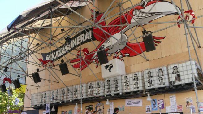 Imagen de la caseta de 'Txori Barrote' en las fiestas de Bilbao decorada con la imagen de 32 presos de ETA.