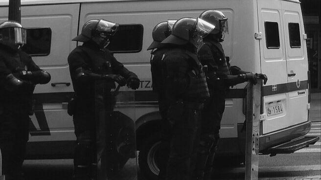 Agentes de la Ertzaintza durante la vigilancia en una manifestación de apoyo a un preso de ETA.