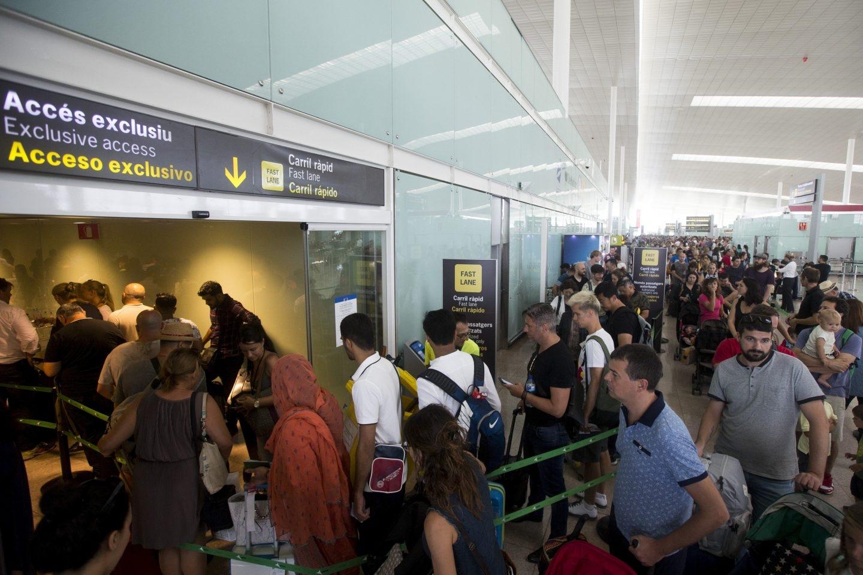 Colas en el control del Aeropuerto de El Prat por las protestas de los empleados de Eulen el verano pasado..
