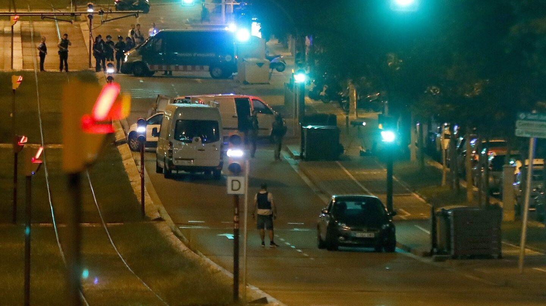 Policía en Sant Just Desvern (Barcelona), donde se encontró el cuerpo del fallecido en el coche que se había saltado un control policial.