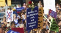 Imagen de las pancartas durante la manifestación de Barcelona con mensajes al Rey Felipe VI y Mariano Rajoy.