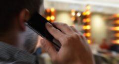 Hombre haciendo una llamada desde su teléfono móvil.