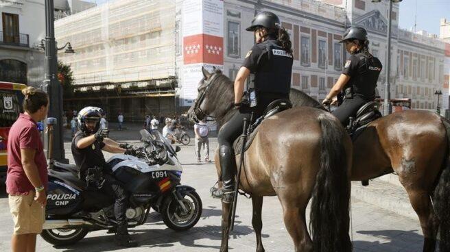 Agentes de la Policía Nacional, tanto a caballo como en motocicleta, patrullando este viernes en la Puerta del Sol de Madrid.