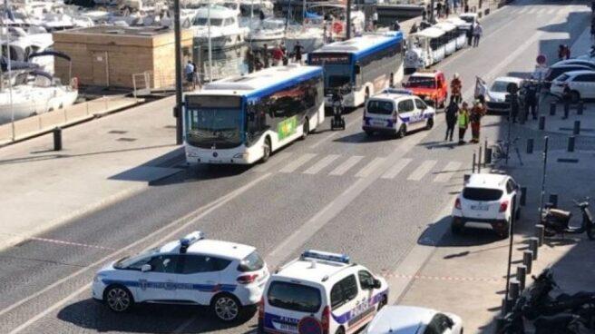Operativo policial en el puerto viejo de Marsella, donde un coche ha arrollado dos paradas de autobús.