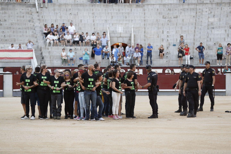 La Policía detiene a 29 antitaurinos que saltaron a Las Ventas.