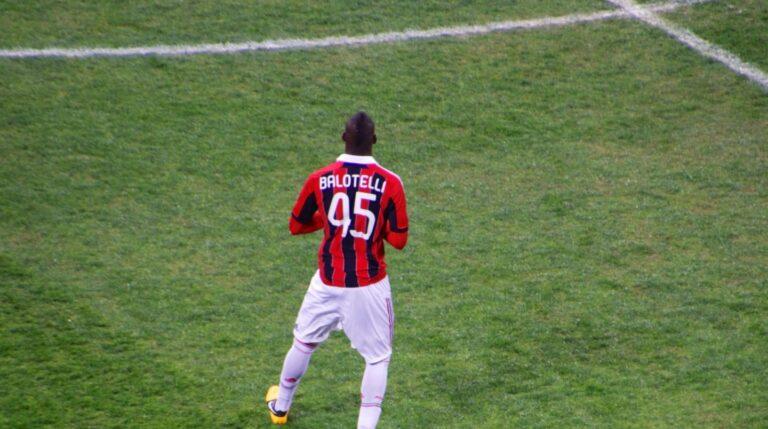 El polémico delantero italiano siempre quiso jugar en el Milán...pese a que saltó a la fama en el Inter. Estando allí, no dudó incluso en ponerse la camiseta del eterno enemigo, para escándalo de los tifossi. Acabó consiguiendo su objetivo, tras jugar durante tres años en el Manchester City. Actualmente, milita en el Niza francés.