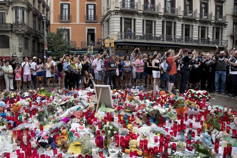 Flores y velas en homenaje a las víctimas del atentado terrorista en las Ramblas.