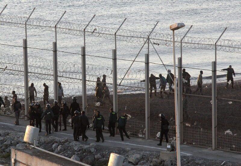 67 inmigrantes entran en Ceuta tras saltar la valla fronteriza.