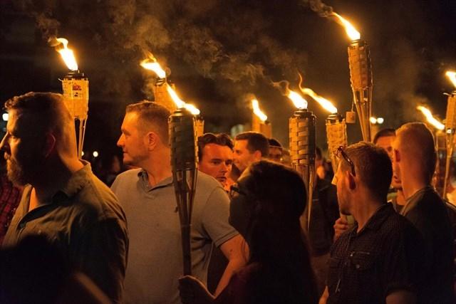 Supremacistas blancos marchan en Charlottesville, Virginia.