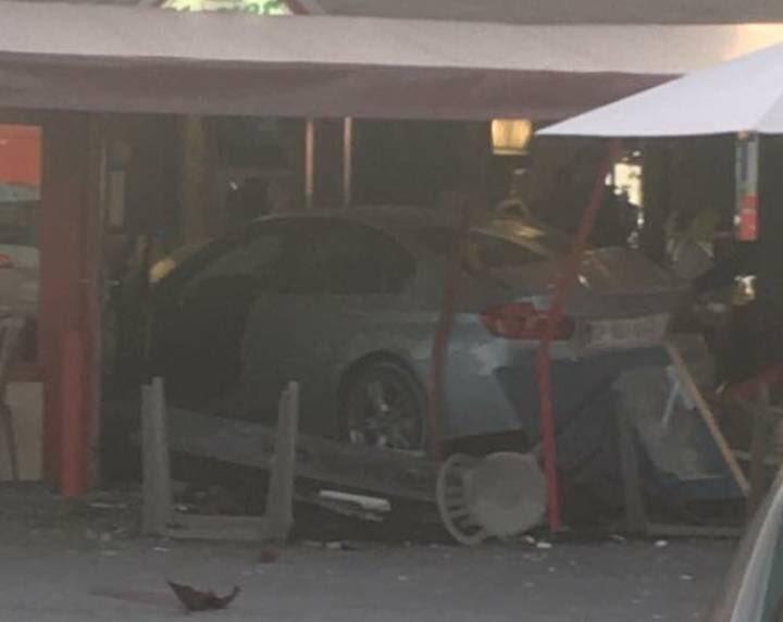 Un coche se empotra contra una pizzería en París.