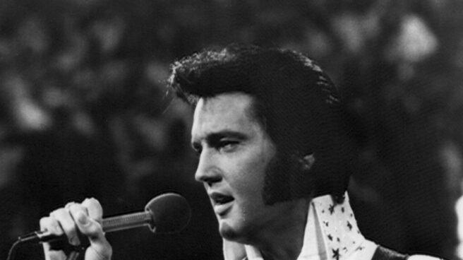 Fotografía de archivo sin fecha del cantante estadounidense Elvis Presley durante una presentación.