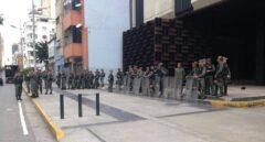 Agentes de la policía venezolana asedian la Fiscalía General de la República, en Caracas.