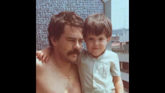 Imagen de José Miguel Cedillo junto a su padre, el Policía Nacional, Antonio Cedillo, asesinado por ETA el 14 de septiembre de 1982.