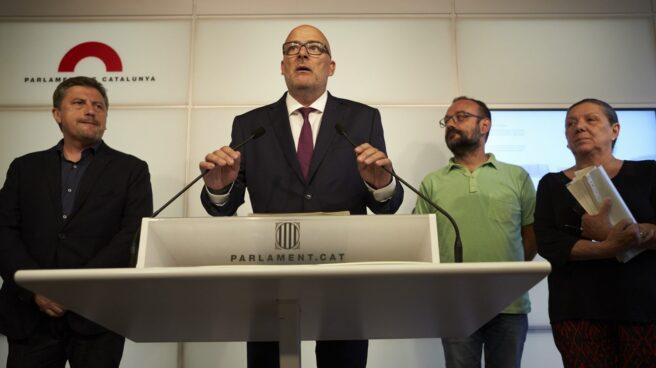 El diputado de JxSí, Jordi Orobitg; el presidente de JxSí en el Parlament, Lluís Corominas; el diputado de la CUP, Benet Salellas, y la diputada de la CUP, Gabriela Serra.