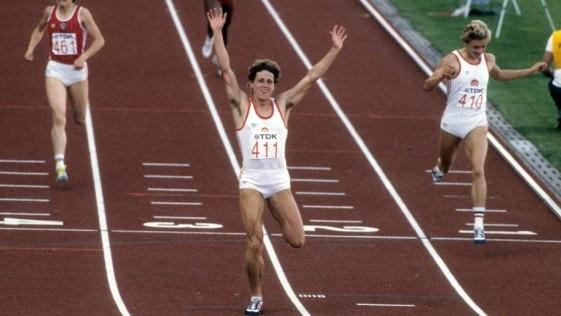 Jarmila Kratochvilova, plusmarquista de los 800 metros, celebra una victoria.