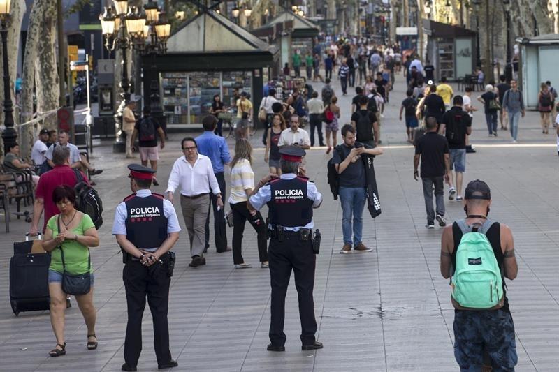 Agentes de los Mossos vigilan La Rambla de Barcelona tras el atentado, en agosto.