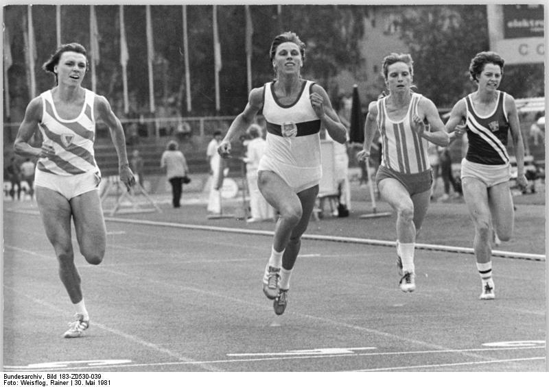 Marita Koch, superando a su compañera Barbel Wockel (i) durante una competición.