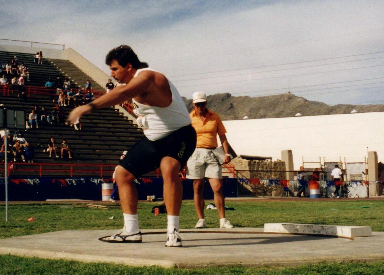 El plusmarquista mundial de lanzamiento de peso, Randy Barnes, durante una competición universitaria.