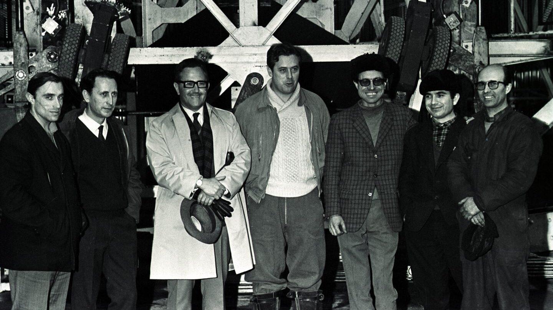 José Rivacoba, tercero por la derecha, con gafas y boina, junto a Manuel de Sendagorta durante el proceso para optar por la torre lanzadera de Kiruna (Suecia).