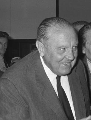 El Real Madrid también tiene su nómina de hombres-club. El más legendario, sin duda, Santiago Bernabéu, que defendió la zamarra blanca entre 1912 y 1927. Posteriormente trabajó 14 años como técnico y, desde 1943 hasta 1978, presidió el club durante 35 años. Está todo dicho. Otros fieles al escudo del Real Madrid han sido Chendo o Manolo Sanchís.