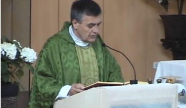 El cura Santiago Martín, en la parroquia Nuestra Señora de los Ángeles de Madrid.