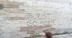 Pintada contra el turismo masivo en Oviedo.