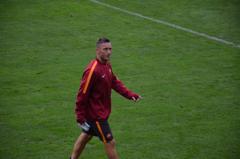 En el extremo contrario se encuentran jugadores como Francesco Totti, el paradigma de 'one-club-man'. Francesco Totti nunca ha defendido camiseta diferente a la de la Roma, durante sus 25 años de carrera deportiva, entre 1992 y 2017. La definición de ídolo local.