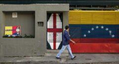 Un venezolano pasa por delante de la casa del preso político Leopoldo López.