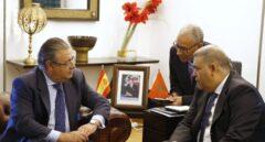 El ministro del Interior, Juan Ignacio Zoido, en Rabat con su homólogo marroquí, Abdeluafi Laftit.