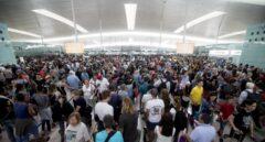 Colas en los controles del aropuerto de El Prat por la huelga de empleados de seguridad el verano pasado.