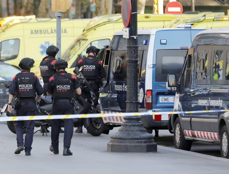Agentes de los Mossos d'Esquadra, tras el atentado de Barcelona del pasado mes de agosto.