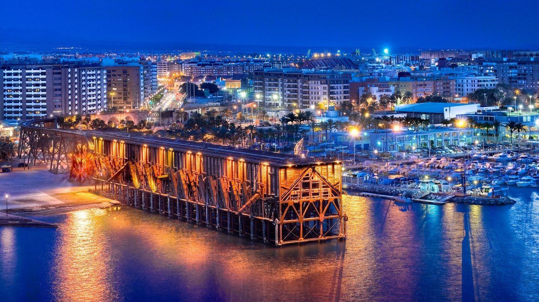 El Cable Inglés, el cargadero 'effeiliano' de 113 años en derredor del cual gravitan el centro, la playa y el puerto.