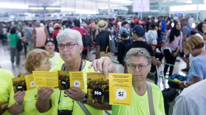 La ANC ha repartido este lunes folletos independentistas aprovechando las colas en el aeropuerto de El Prat.