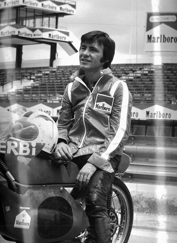 El piloto español Ángel Nieto, con una de sus motos Derbi.