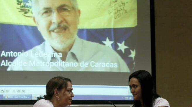 Mitzy Capriles, a la izquierda, mujer de Antonio Ledezma (en la pantalla).