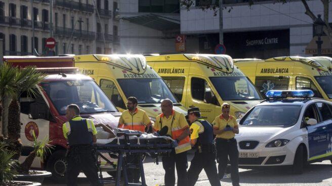 Servicios médicos atendiendo a un herido en el atentado de Barcelona.