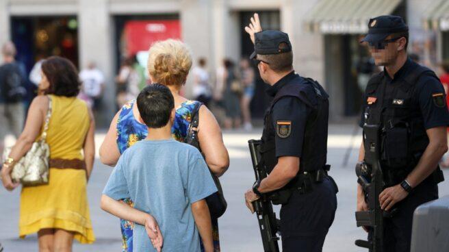 Policías desplegados en Barcelona tras el atentado en Las Ramblas.