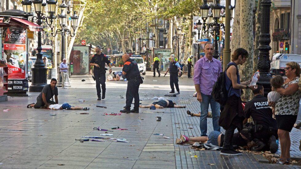 Heridos en La Rambla de Barcelona instantes después del atropello mortal.