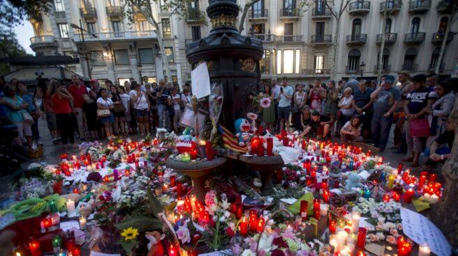 Decenas de personas han depositado flores y velas en la fuente de Canaletas.